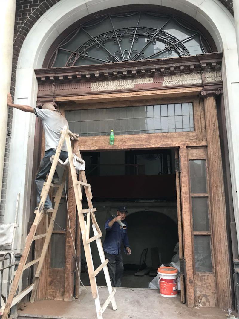 Вход в здание во время реставрации. Источник: Tina Kanagaratnam