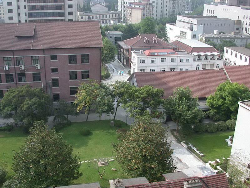 Вид кампуса с высоты, бывшее кабаре на дальнем плане. Источник: sta.edu
