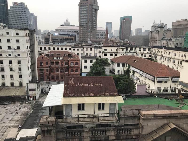 Вид с террасы бывшего клуба в наши дни, видно здание бывшего Муниципалитета. Источник: Tina Kanagaratnam