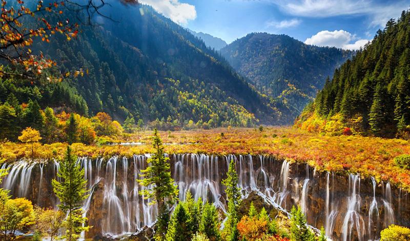 Водопады, озера и синее небо - в Цзючжайгоу. Источник: China Discovery