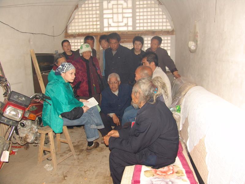 Полевая работа с информантами в деревне Цунлоюй, уезд Линьсянь, пров.Шаньси, 2008. Фото: из архива Екатерины Завидовской