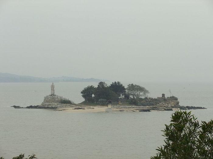 Статуя Коксинга (тайваньского пирата и китайского патриота в одном лице) на острове Цзяньгун в заливе Цзиньмэнь. Источник: wikipedia.org
