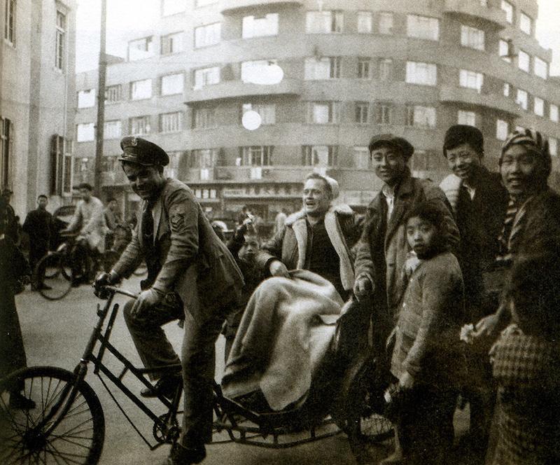"""Американский моряк на рикше, здание """"Карлтон"""" на заднем плане. Источник: minguotupian.com"""