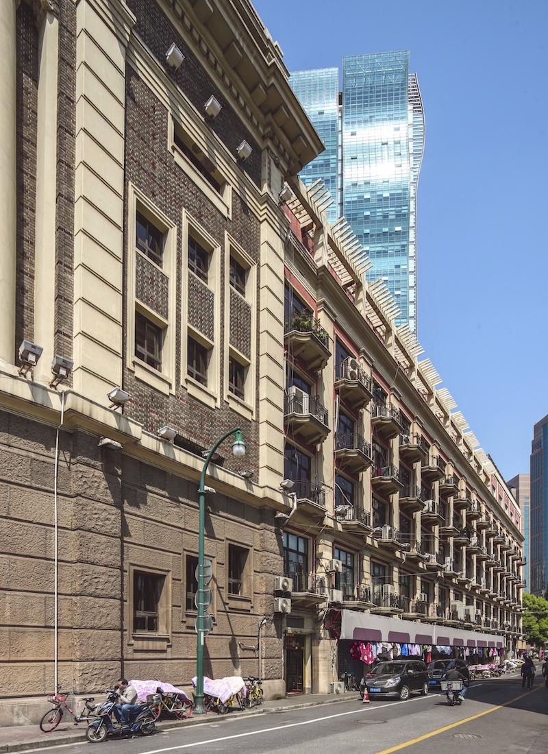 Боковой фасад здания с многочисленными балконами. Источник: Zhang Xuefei for SHINE