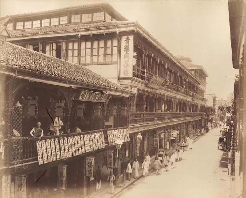"""Чайные дома на Четвертой улице, в центре поодаль – """"Зеленый лотос"""", фото 1890-х годов. Источник: artron.net"""