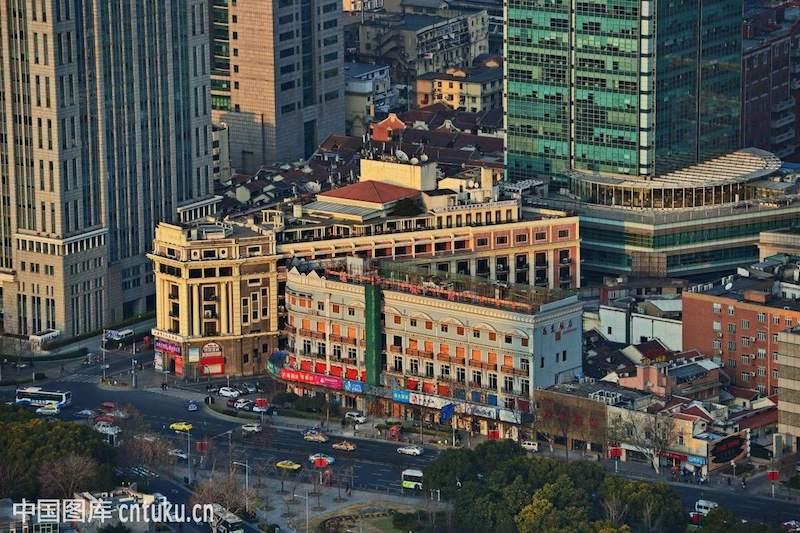 Дворец культуры среди зданий вдоль Tibet Road. Источник: cntuku.cn