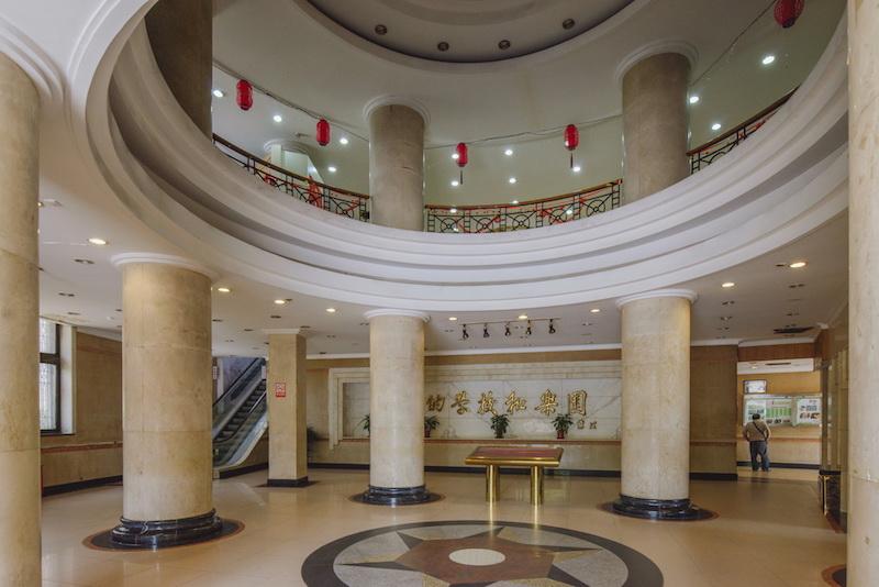 Фойе дворца культуры, где теперь находится сцена и библиотека. Источник: Zhang Xuefei for SHINE