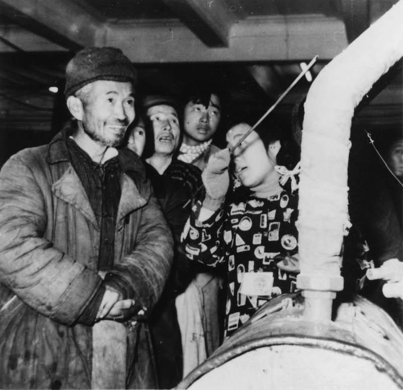 Крестьянин из колхоза Мацяо посещает выставку, посвященную технической революции, во Дворце культуры рабочих. Источник: minguotupian.com