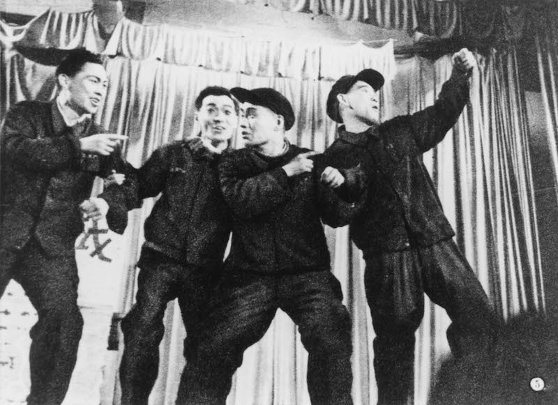 Парни на сцене Дворца культуры рабочих. Источник: minguotupian.com