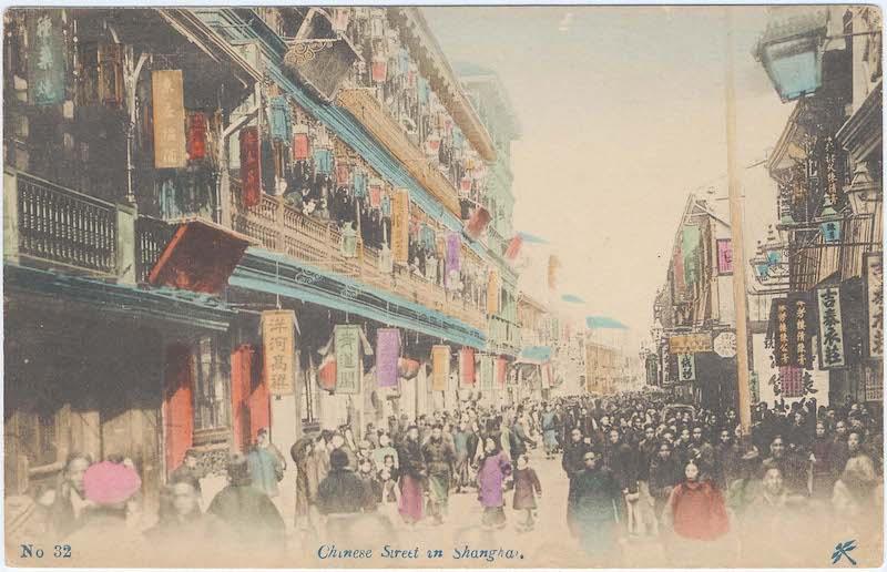 """Раскрашенная открытка с видом улицы у входа в """"Зеленый лотос"""". Источник: Boston Museum of Fine Arts"""