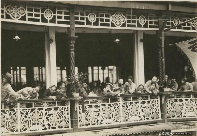 Зрители на балконе в чайном доме в 1931 году. Источник: tuyouhuaxia.org