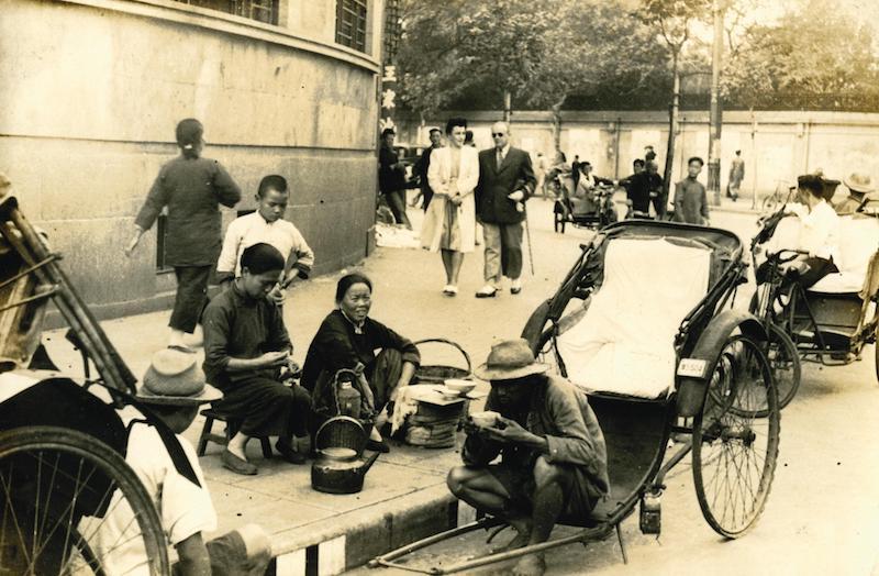 Местные жители и иностранцы у Аллеи Любви. Источник: Zhang Cai (1942-1946)