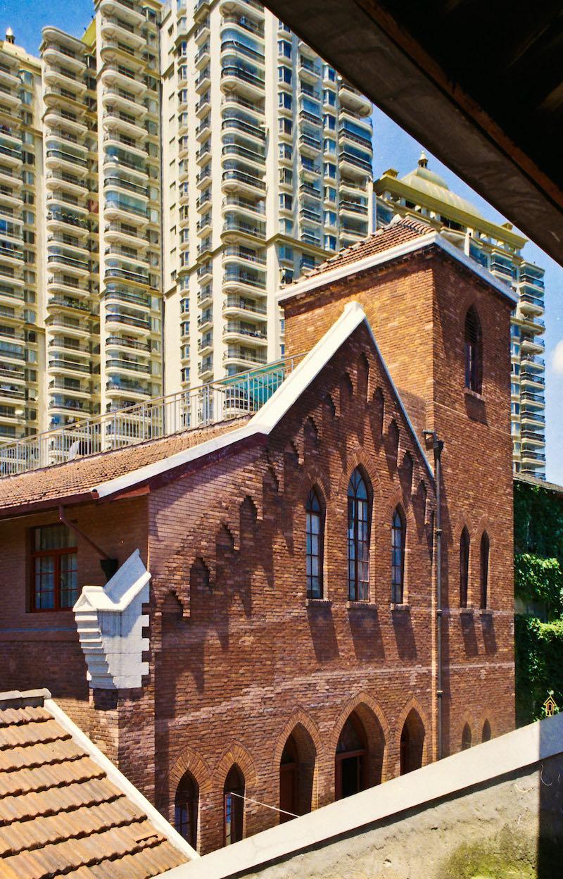 Бывшая церковь на фоне выросших рядом жилых домов. Источник: Катя Князева