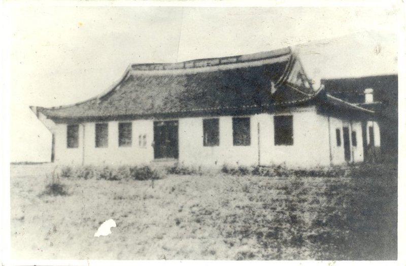 Фото старой часовни из юбилейного школьного альбома начала 1940-х годов. Источник: sina user 陈蓉生牧师著作