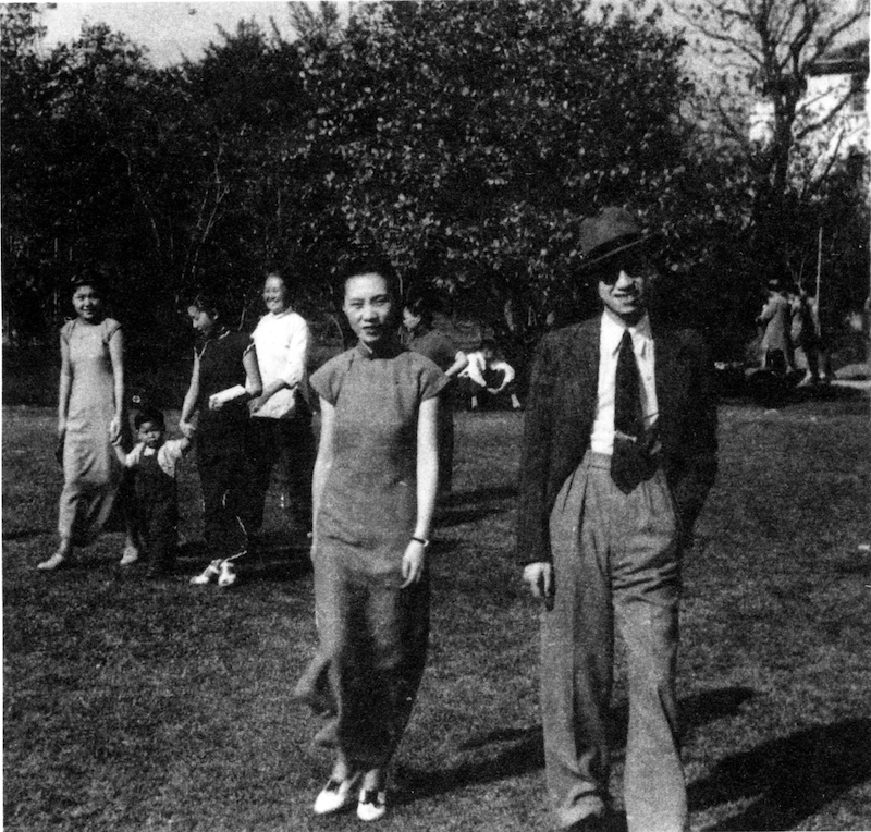 Китайские интеллектуалы Чжан Цунъюй и Гу Мэй (张葱玉、顾湄) посещают парк. Источник: minguotupian.com