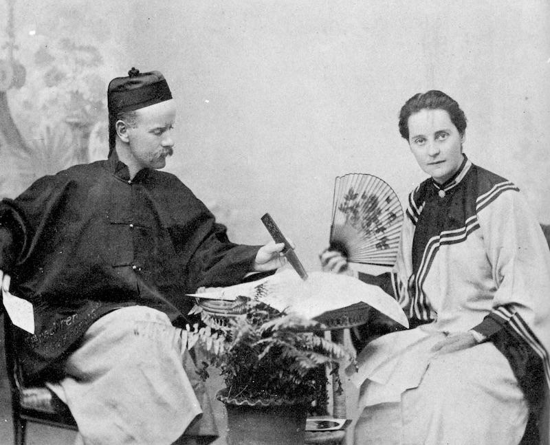 Миссионеры в китайском платье. Источник: Pat Barr - To China With Love