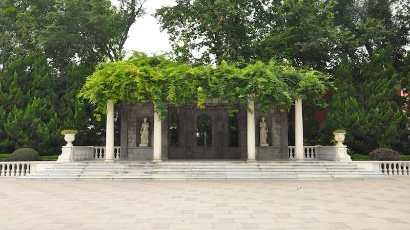 Мраморная беседка в парке. Источник: Fayhoo for wikipedia