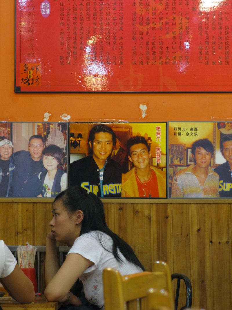 Посетители в ресторанчике, благословленном звездами экрана. Источник: Катя Князева (2008)