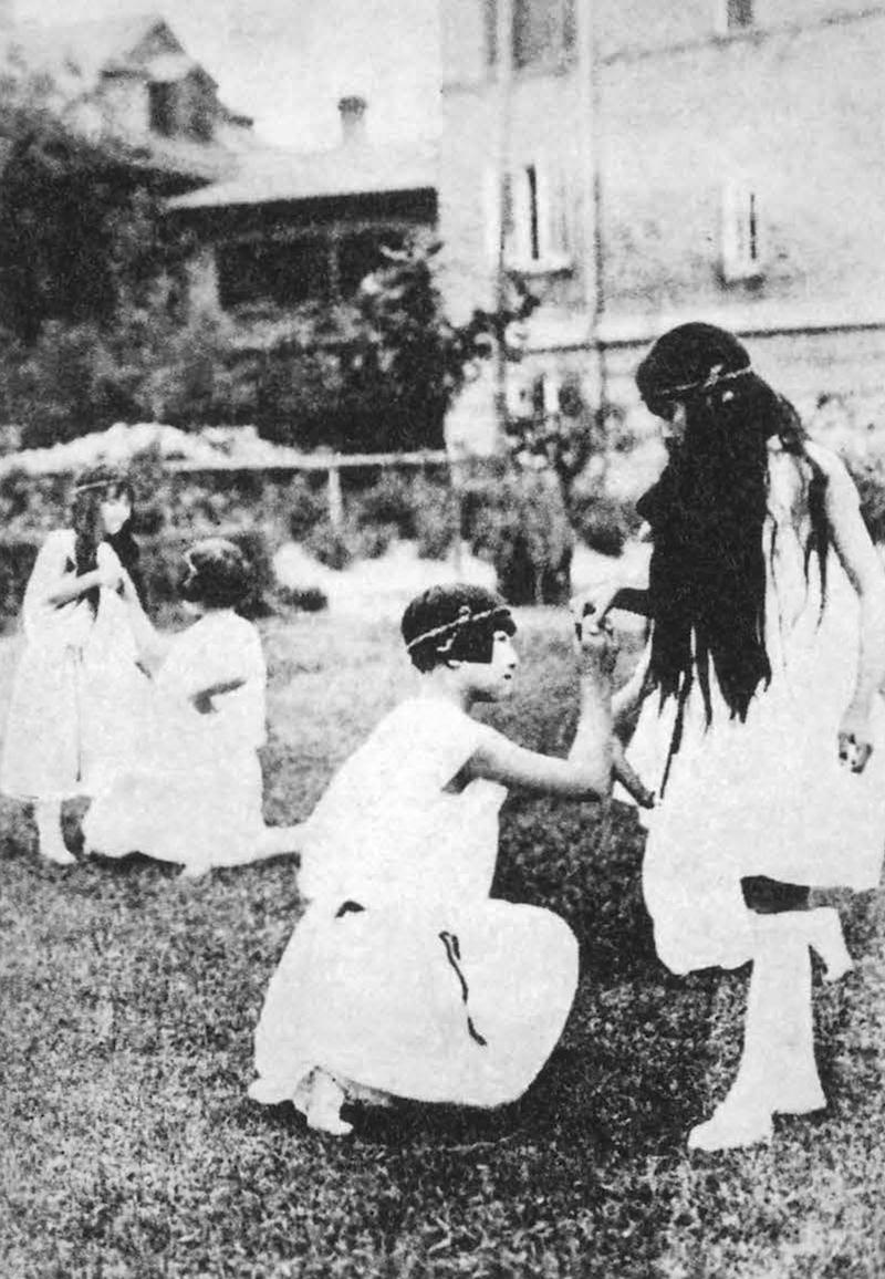Ученицы школы для девочек готовятся к празднику в 1926 году. Источник: 150 Years of the Old Town in Shanghai