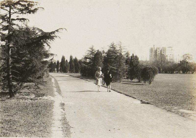 В парке в 1938 году; на фоне виднеется многоквартирный дом West Park Mansions. Источник: tuyouhuaxia.org