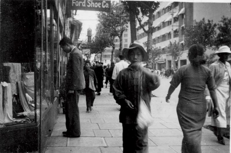 """Западная Нанкинская улица в 1930-е годы и здание """"Мажестик"""" (на фоне справа). Источник: flickr Cities in Old Days"""