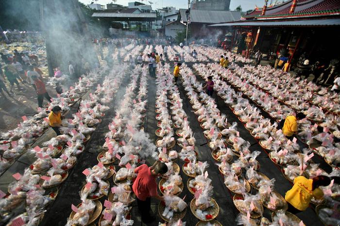 Подношения голодным духам во время Фестиваля в Гонконге