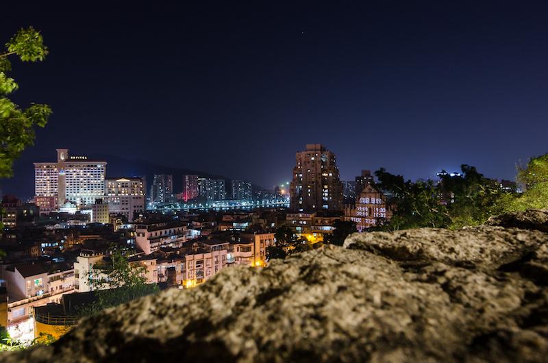 Вид на ночной Макао со стены форта. Фото: Алина Кочетова