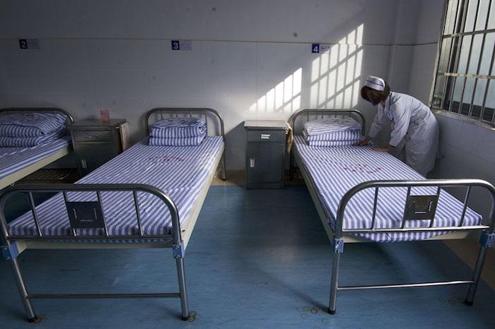 Медсестра заправляет постель в психиатрической больнице в Чжучжоу, провинция Хунань. 4 ноября 2012 года. Источник: Liu Yun/VCG