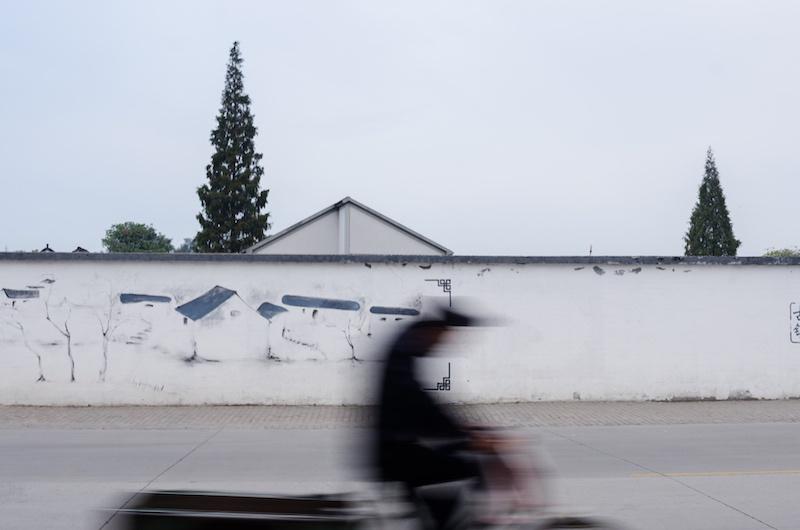 Город активно строится, но по местным правилам игры - под старину. Фото: Алина Кочетова