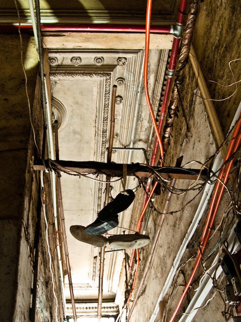 Потолок украшен лепниной. Фото: Катя Князева