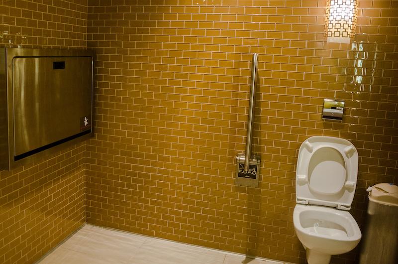 Столики для смены подгузников есть не в каждом общественном туалете, но найти можно. Фото: Алина Кочетова