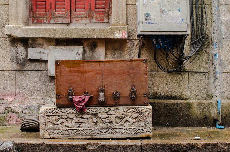 """Сокравища в старом городе лежат прямо вдоль улиц. Возможно, их """"старят"""" для антикварщиков. Фото: Алина Кочетова"""