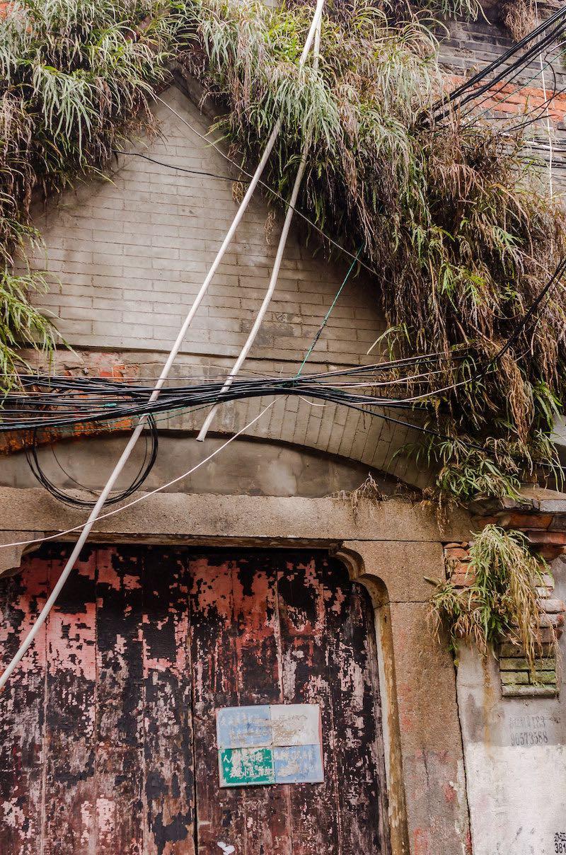 За этой дверью не гостиная или прихожая, а крошечный двор. Только во второй половине 20-го века, чтобы расширить жилую площадь, их стали крыть и использовать в качестве кухни или даже жилой комнаты. Фото: Алина Кочетова