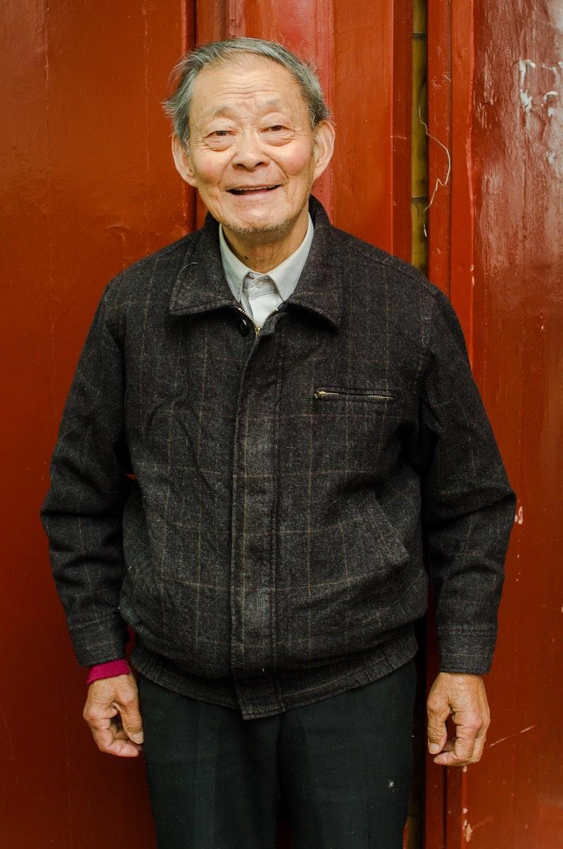 Дедушка встретил нас возле входа в дом генерала Цяо Ици. Фото: Алина Кочетова