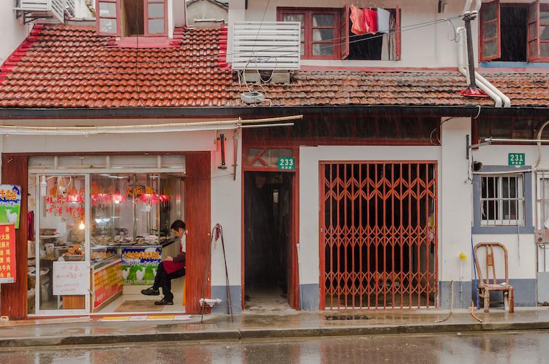 Улица названная в честь семьи минского генерала Цяо Ици (乔一琦) раньше была каналом, потом его закопали - и по бывшим берегам раскинулся городской рынок. Торгуют здесь до сих пор. Фото: Алина Кочетова