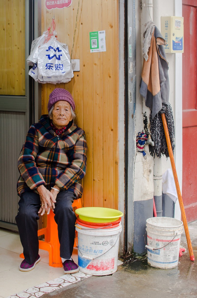 Некоторые старики выбирают доживать свой век в доме, где прошла их жизнь. Фото: Алина Кочетова