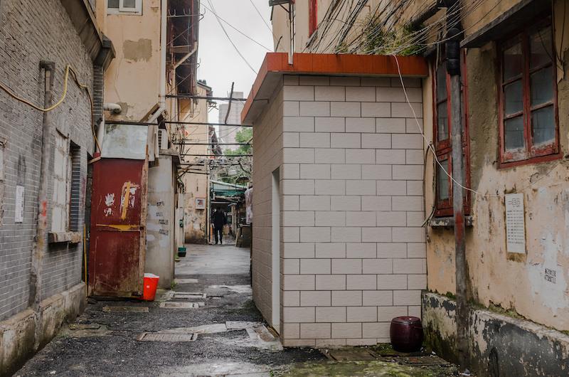 В правом углу общественной уборной - знаменитый матун. Он до сих пор в ходу и в старом городе, и во французской концессии. Фото: Алина Кочетова