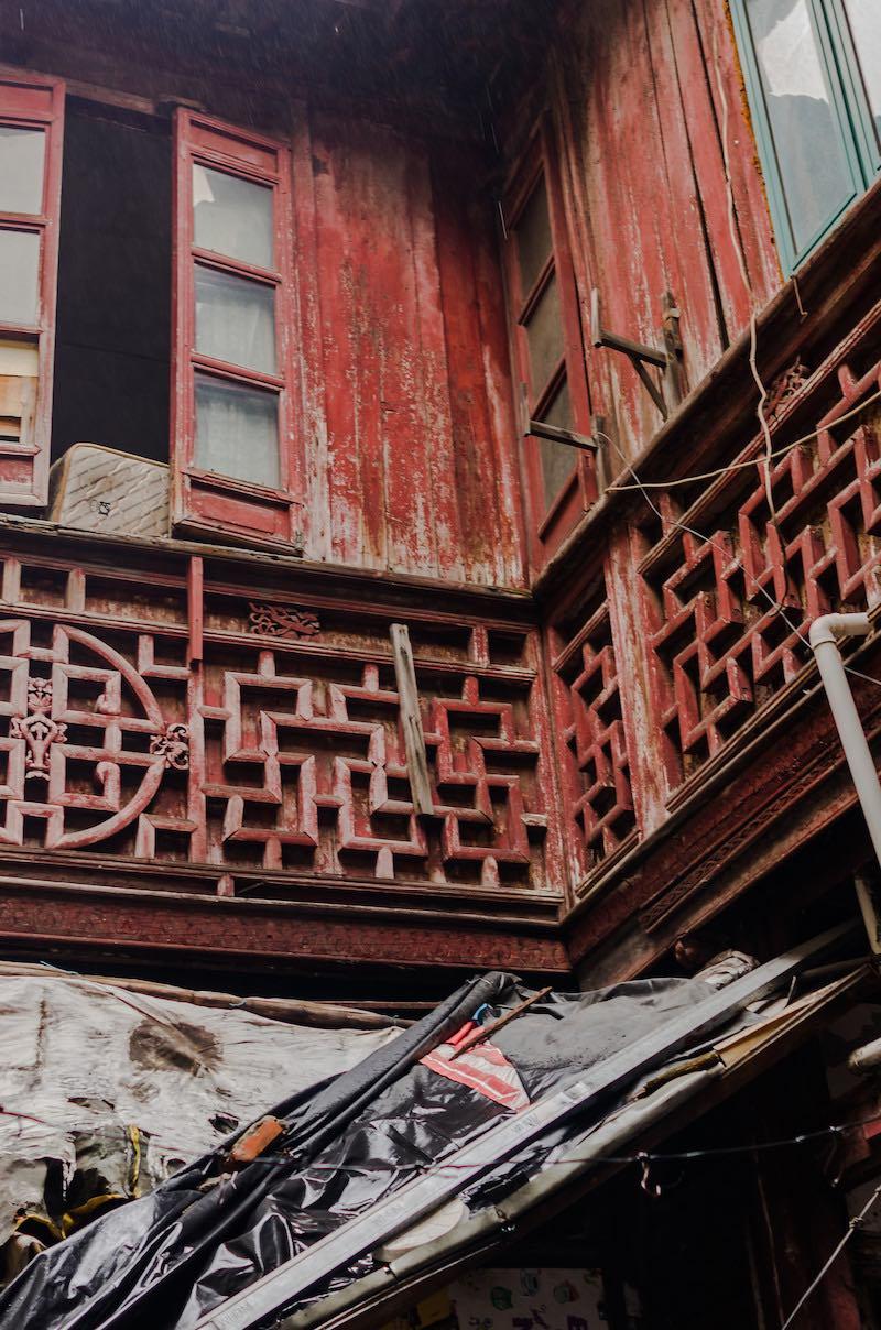В резной декорации второго этажа угадывается традиционный орнамент 五福捧寿 (пожелание полного счастья и долголетия). Фото: Алина Кочетова
