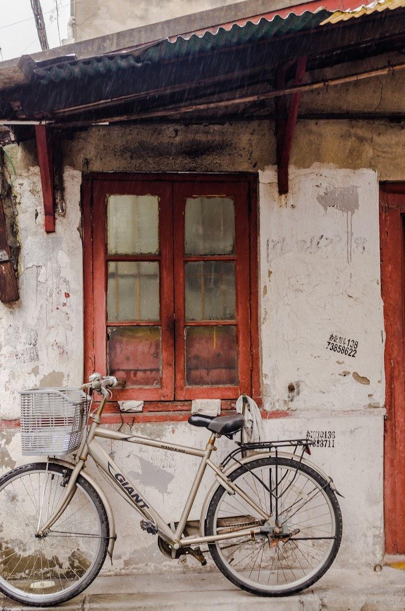 Дом, где родился Сюй Гуанци, признать без таблички трудно. Как и другие дома в округе, его перестраивали не раз, но даже в лучшие годы он не был роскошным владением. Это не дом Сюй Гуанци, но вполне мог бы им быть. Фото: Алина Кочетова