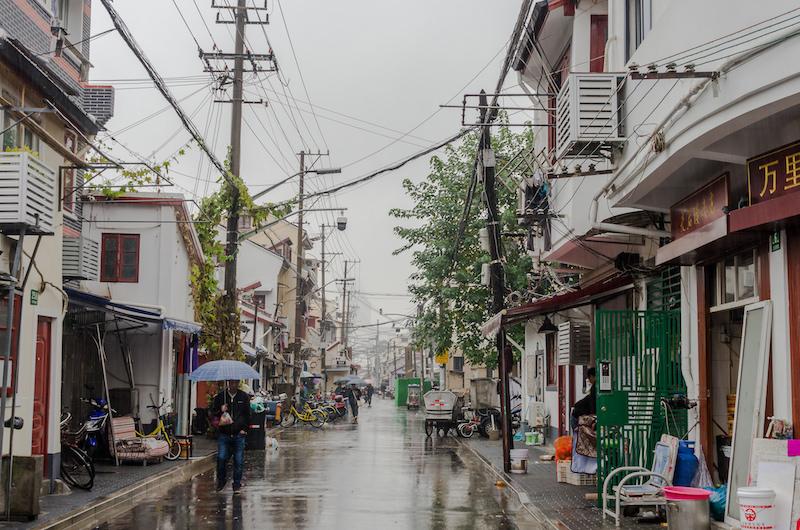 На улице Цяоцзялу жизнь идет своим чередом - ее не будут сносить. Пока. Фото: Алина Кочетова