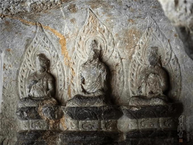 Это самая древняя скульптурная группа в Линъиньсы - периода царства Уюэ. Источник: lingyinsi.org