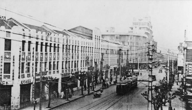 Здание Берна в 1932 году, снятое издалека и еще не закрытое современной автострадой. Источник: Shanghai Commercial Atlas
