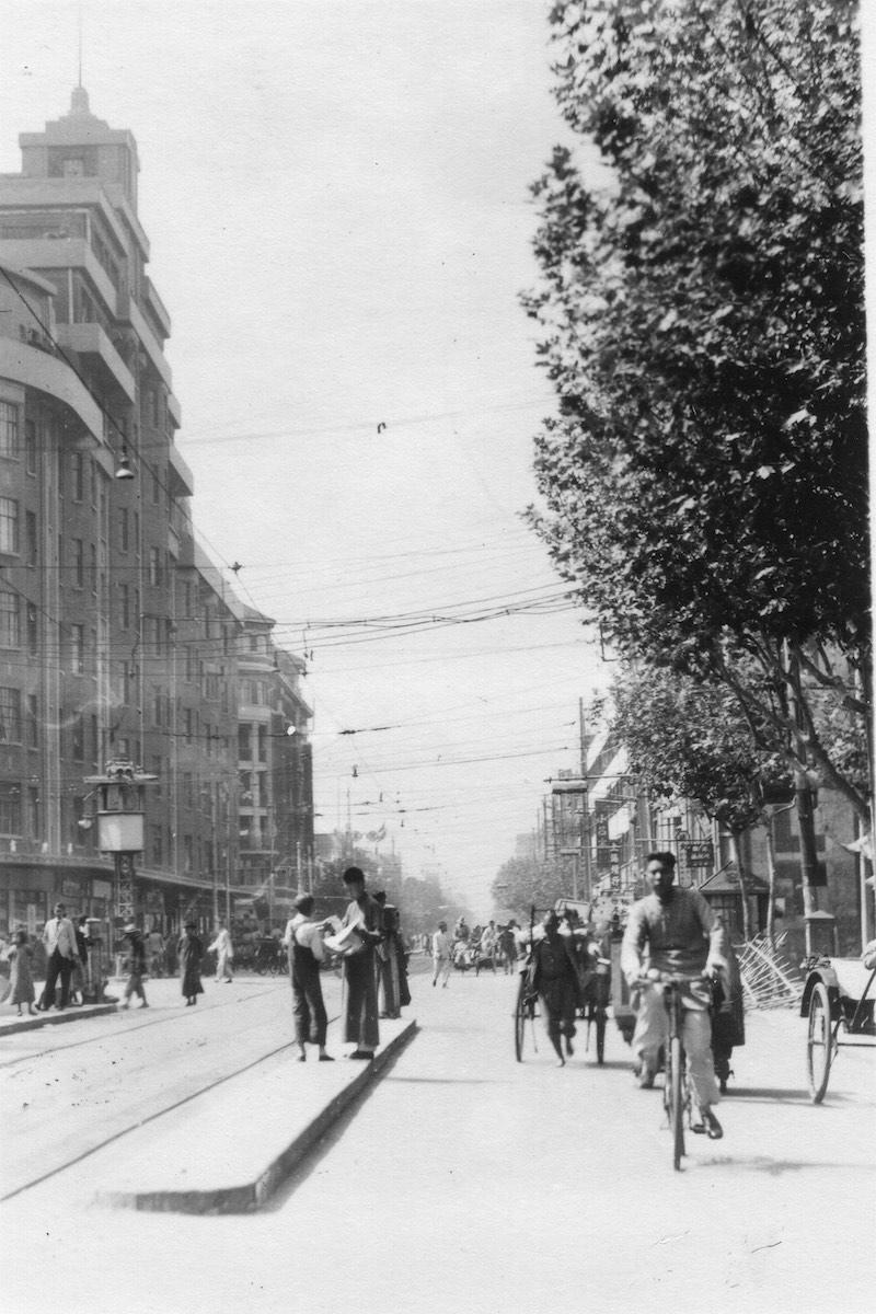Вид вдоль авеню Жоффр в конце 1940-х годов, слева апартаменты Берн. Источник: Flickr Cities in Old Days
