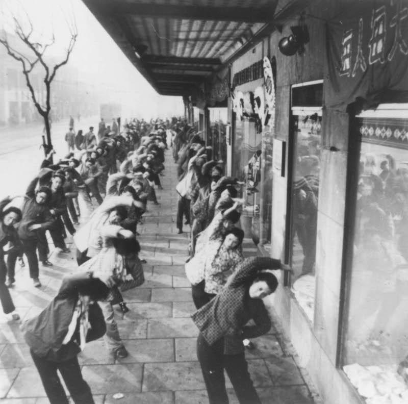 Служащие универмага женской одежды делают гимнастику перед работой. Источник: minguotupian.com