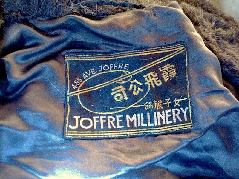 Бирка шубки из шляпно-мехового магазина Жоффр, найденной в антикварном магазине автором