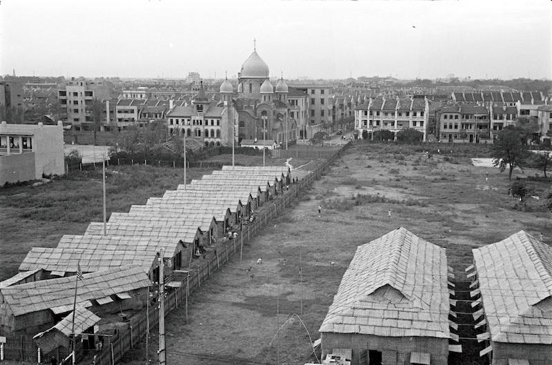 Кафедральный собор в 1937 году и палатки на месте будущей дороги, которая пока не проведена. Источник: Harrison Forman AGSL Collections