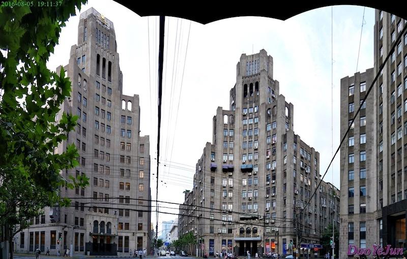 Тройка небоскребов на перекрестке. Источник: Dao YeJun