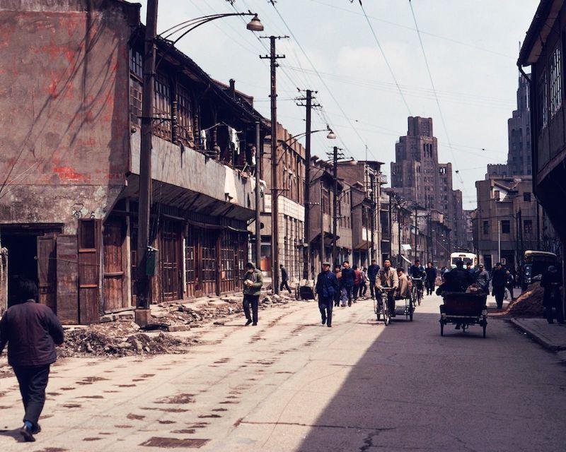 Унылый городской пейзаж вдоль Fuzhou Road в 1970-е годы, Метрополь вдали. Источник: flickr Fin_de_Siecle