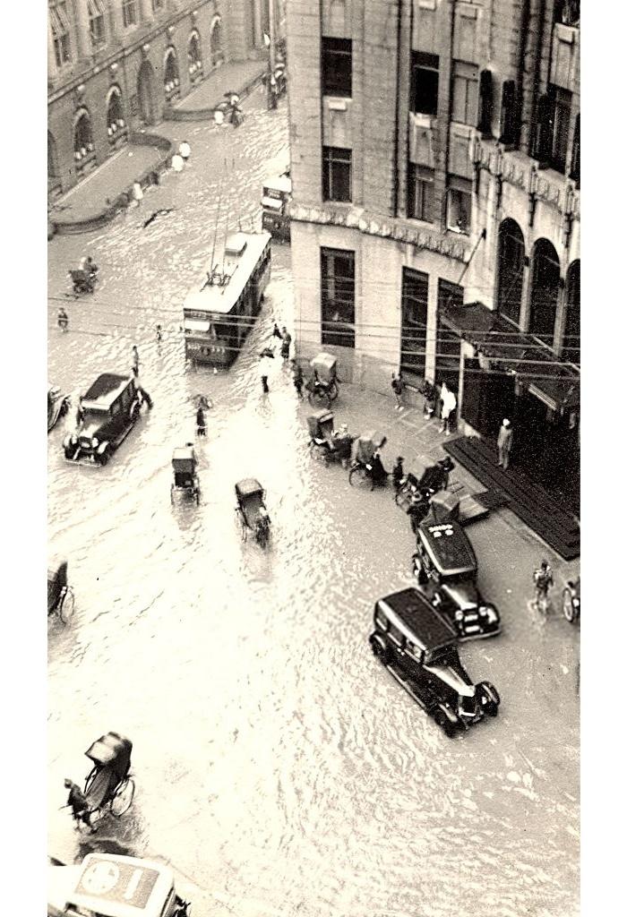 Вход в отель во время небольшого наводнения. Источник: Getty Images