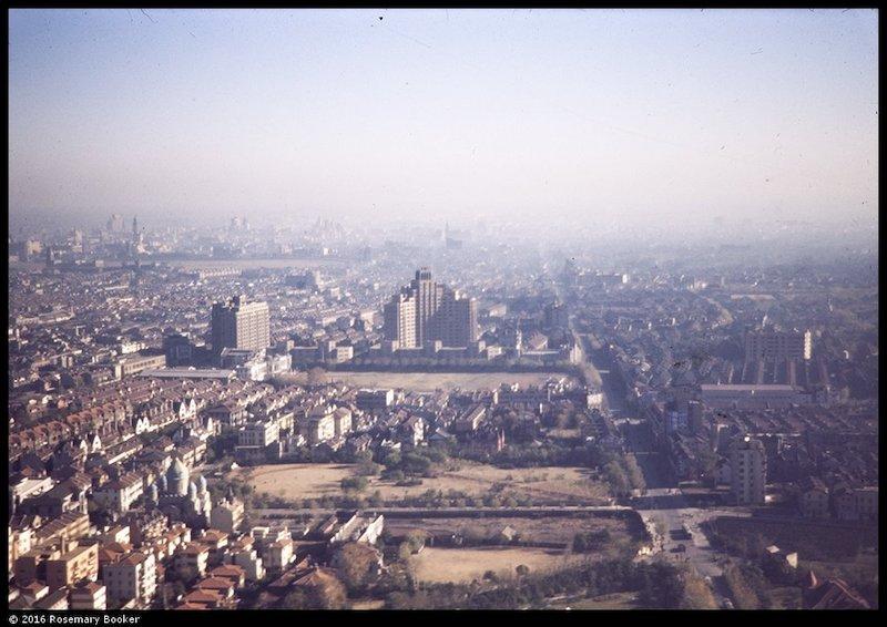 Вид на парк Тайшань с высоты в 1945 году; слева — собор. Источник: Arthur Fiddament, Historical Photographs of China